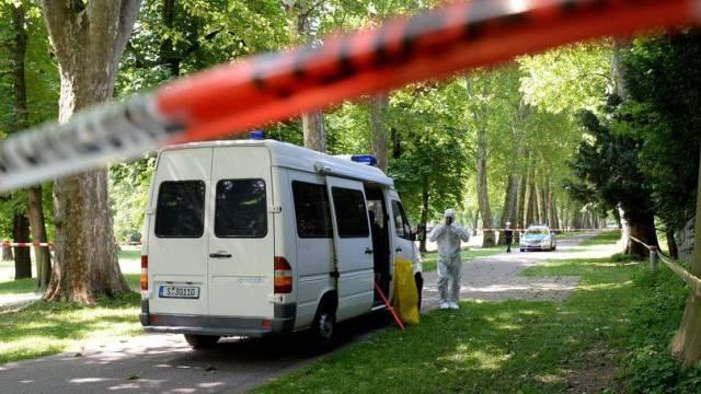 Die Polizei sperrt den Fundort im Schlossgarten in Stuttgart ab
