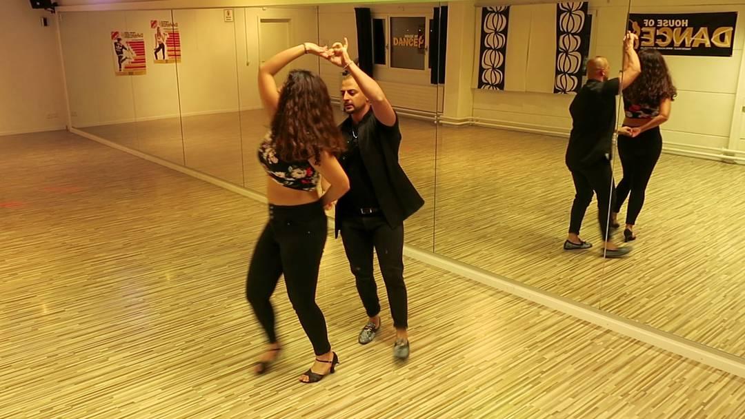 Antonio Aiello zeigt erst die einfache Form «22» und dann sein tänzerisches Können.