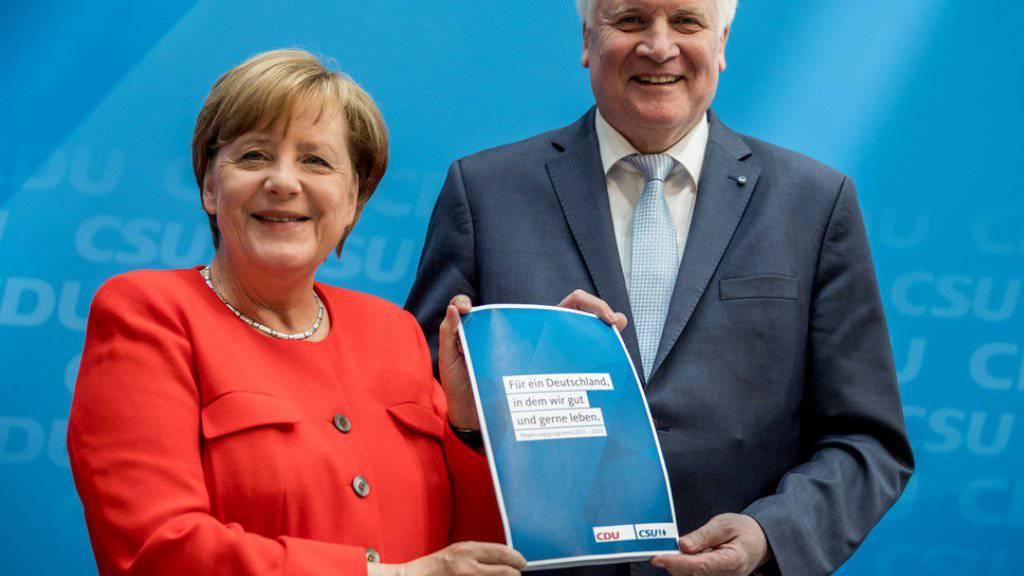 Kanzlerin und CDU-Chefin Angela Merkel und der CSU-Vorsitzende Horst Seehofer am Montag in Berlin bei der Vorstellung des Wahlprogramms.