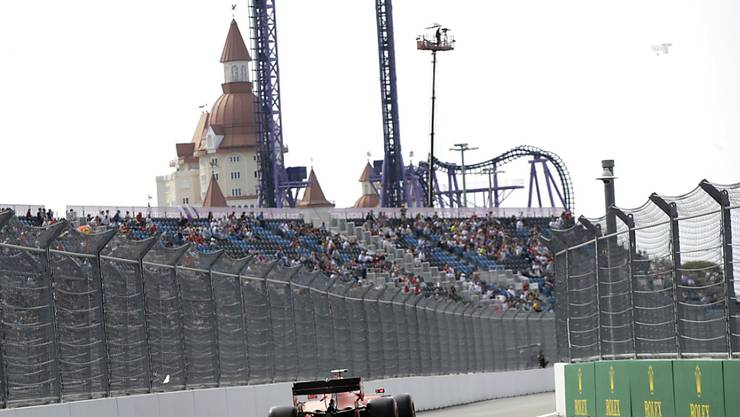 Charles Leclerc im Ferrari bewältigt den Kurs in Sotschi im ersten Training als Schnellster.