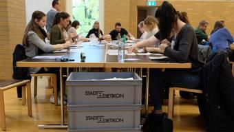 Dietiker Stimmenzähler: Bei der Abstimmung zur Konzernverantwortungsinitiative hatten sie mehr Ja- als Nein-Stimmen zu zählen.