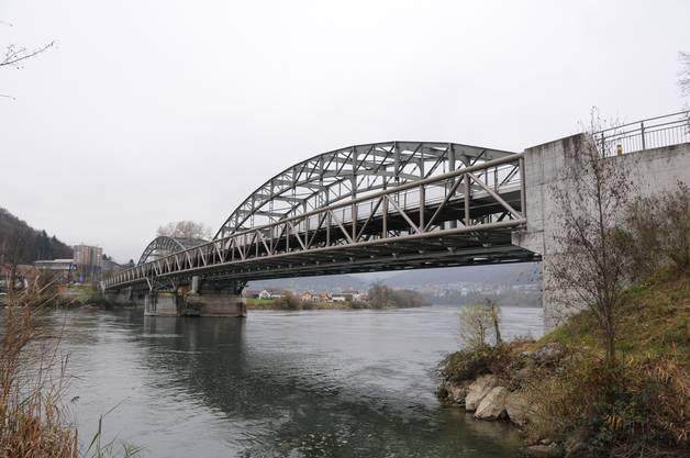 Diese Brücke ist die unterste Aarebrücke: Hier mündet die Aare in den Rhein. Blick von der Koblenzer Seite her.