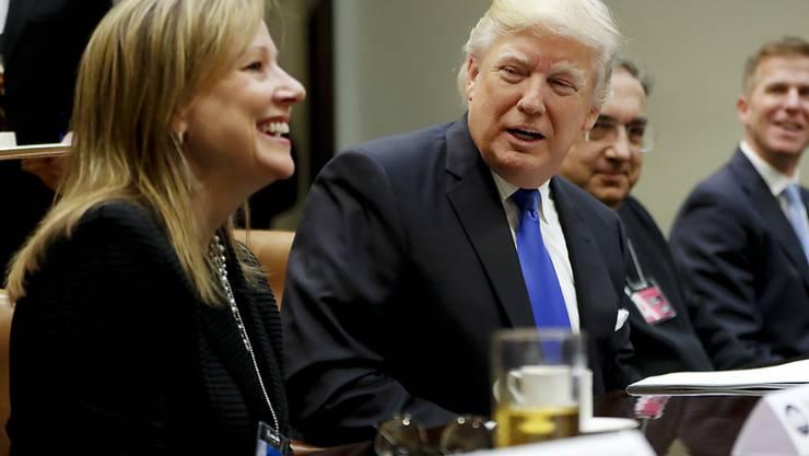 US-Präsident Donald Trump will die Berichtspflicht für börsenkotierte Unternehmen lockern. Gleicher Meinung ist auch Mary Barra, die Chefin von General Motors (links). (Archivbild)