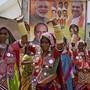 Wahlkampf mit verschiedensten Mitteln: Anhängerinnen  der indischen Bharatiya Janata Party (BJP) von Premier Narendra Modi tanzen an einer Veranstaltung in Hyderabad.