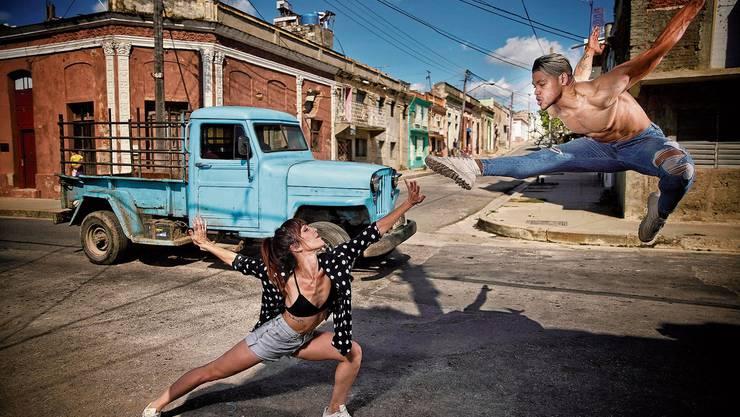 Der 25-jährige, kubanische Tänzer Yordi Pérez Cardoso tanzt mit seiner Tanzpartnerin in den Strassen von Cienfuegos.
