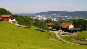 Wer im Baselbiet ein Grundstück für seine eigenen vier Wände sucht, wird meist nur noch in der Peripherie fündig: Dort ist Wohn-Bauland noch erschwinglich. Bild: Pratteln mit Blick auf Schweizerhalle.