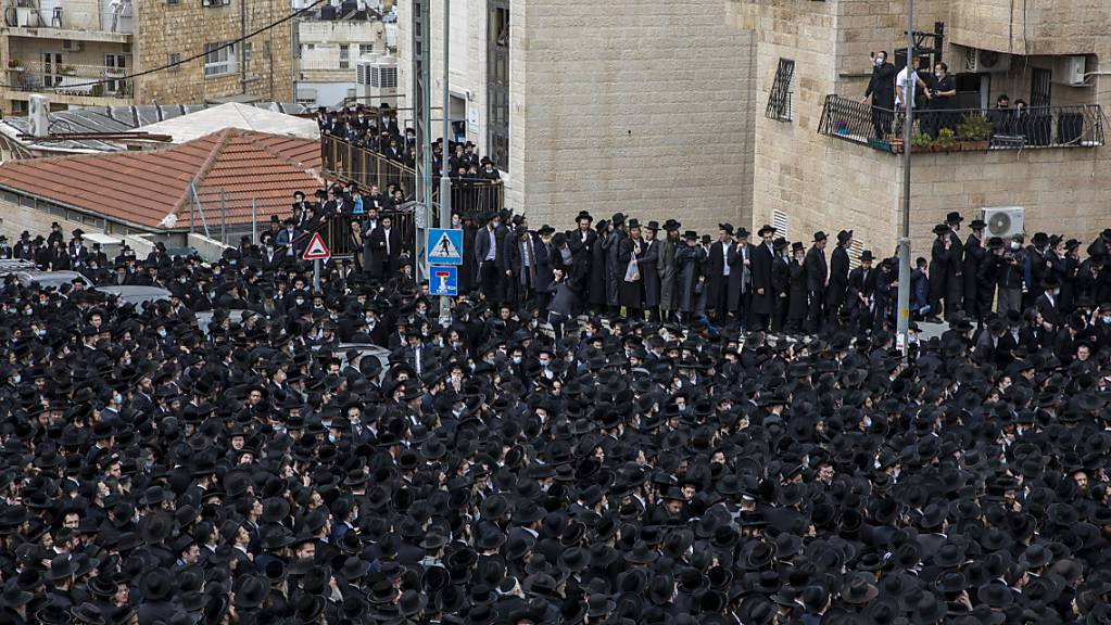 Tausende von ultraorthodoxen Juden nehmen an der Beerdigung des Rabbiners Meshulam Dovid Soloveitchik teil.