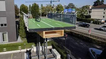 Die Velohochbahn wird aus vorgefertigten Holzmodulen zusammengesteckt.