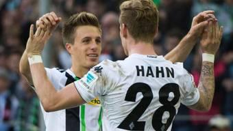 Die Torschützen Hermann (links) und Hahn feiern den Heimsieg