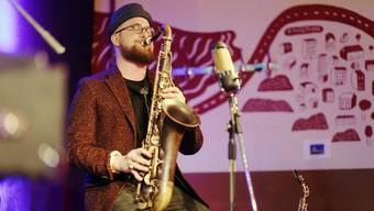 Der Saxophonist Simon Spiess während eines Konzertes der Veranstaltungsreihe «labOhr» in der Galicia Bar.