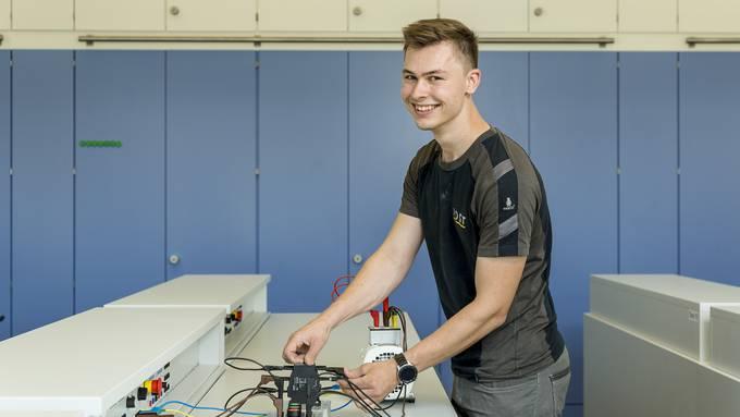 Daniel Brumann demonstriert im BWZ-Labor eine kleine Motorschaltung.