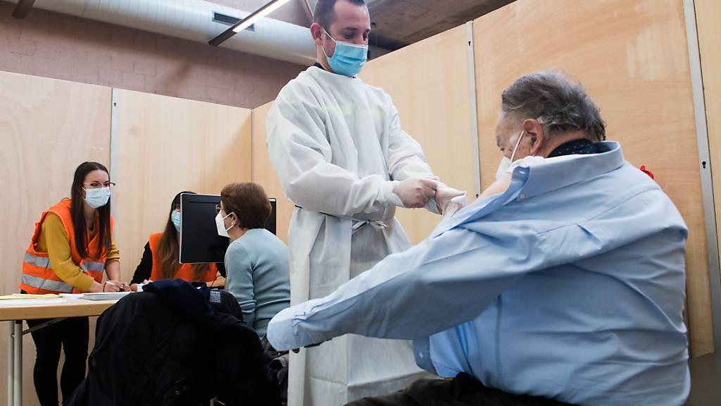 Im Tessin können sich jetzt auch Chronischkranke gegen Covid-19 impfen lassen. Im Bild: Behandlung im Impfzentrum Rivera.