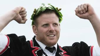Der neue Schwingerkönig Matthias Glarner feiert mit dem Kranz am Eidgenössischen Schwingfest