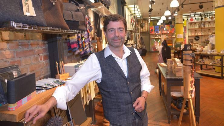 Noch vor einem Jahr lächelte er in seinem Popstore in die Kamera. Nun hat er den Laden an Dänen vermietet: Liegenschaftsbesitzer François Spira.