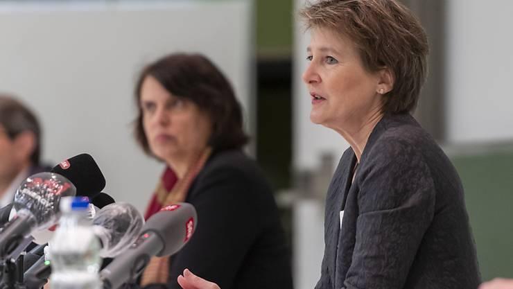 Bundespräsidentin Simonetta Sommaruga mit der Basler Regierungspräsidentin Elisabeth Ackermann und Gesundheitsdirektor Lukas Engelberger nach ihrem Austausch mit der Basler Regierung und der Pharmaindustrie sowie einem Rundgang durch das Basler Universitätsspital.