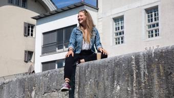 Sina Strähl auf dem Solothurner Aaremürli. Hier ist sie oft anzutreffen – gerade auch jetzt, im Monat bevor sie auswandert. Die letzten Tage verbringt sie gerne draussen mit Freunden und der Familie.