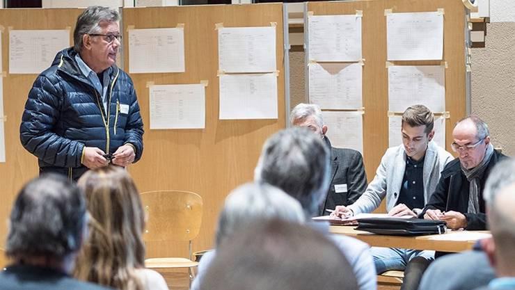Nicht weniger als 49 Rückmeldungen mit Ideen zum Fest gingen aus der Bevölkerung ein. OK-Präsident Felix Matthias (li.) erläuterte an der zweiten Infoveranstaltung zum Etappenstart der Tour de Suisse in Menziken eine Auswahl der Vorschläge.