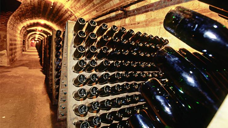Die Rüttelgestelle in den Champagnerkellern sind immer noch voller Flaschen.