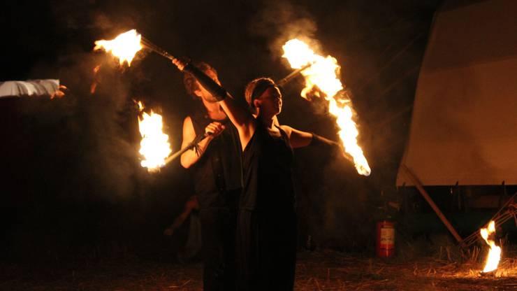 Feuerakrobaten sind nur eine der vielen Festival-Attraktionen.