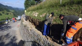 Zwischen Mümliswil-Ramiswil und Beinwil wird eine Natursteinmauer aufgefrischt