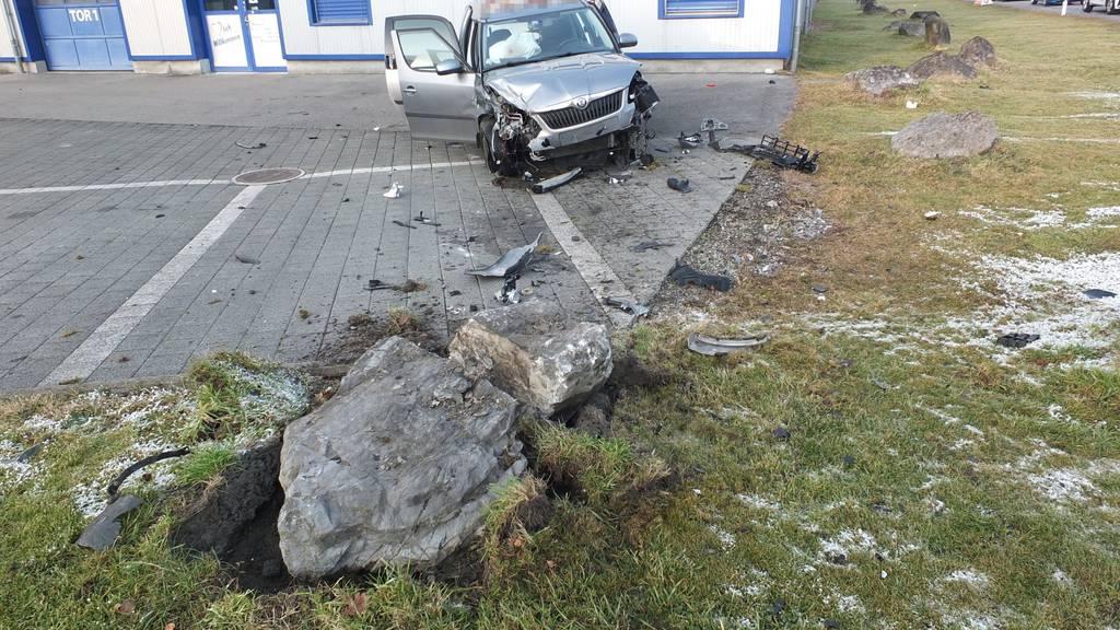 Die 38-jährige Lenkerin prallte in einen Stein