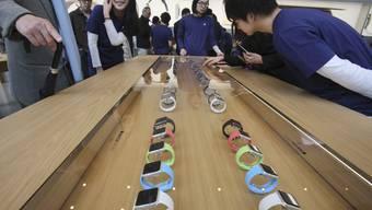 Japaner stehen für Anprobe der Apple Watch stundenlang an