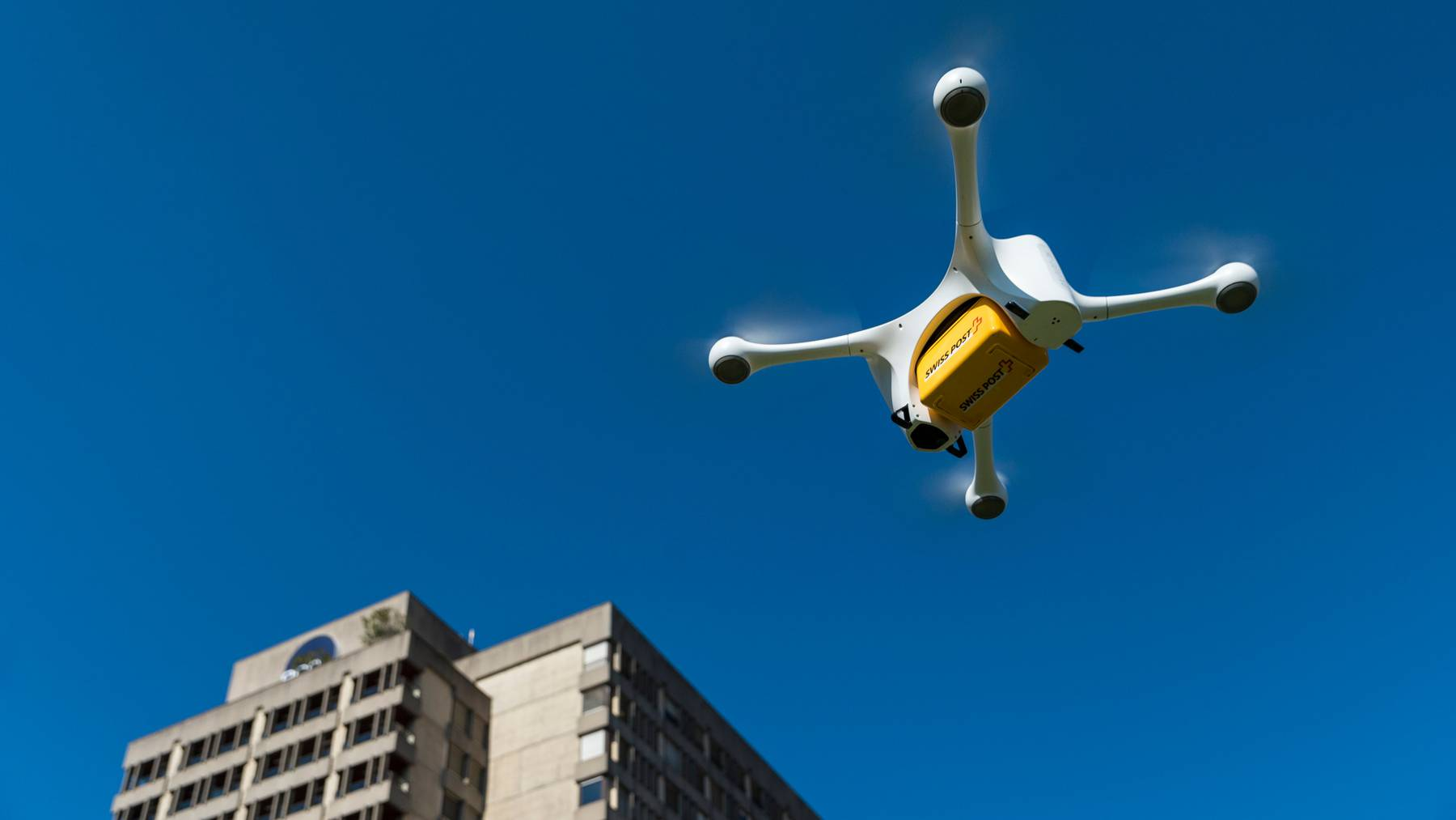 Eine Drohne der Post fliegt im Rahmen eines Tests über Lugano. (Archivbild)