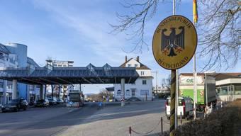 Grenzübergang Lörrach: Die Grenze zu Deutschland ist wieder durchlässiger.