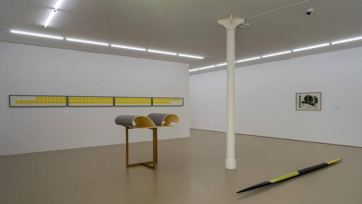 Ein Raum mit den Werken Rheinbruecke (1983), vorne links, und Gruen-schwarz-gelbes Ellipsoid (1981), vorne rechts,  in der Ausstellung Isa Genzken.
