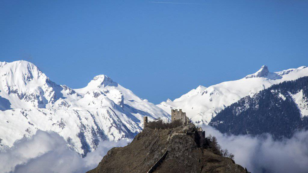 Die Tourismus-Branche erhofft sich von Olympischen Winterspielen neuen Schwung für den alpinen Tourismus. Im Bild sieht man das Schloss Tourbillon in Sitten, umgeben von den Walliser Alpen. (Archiv)