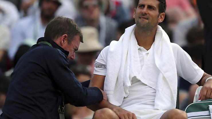 Novak Djokovic leidet an einer Ellbogenverletzung und muss womöglich länger pausieren