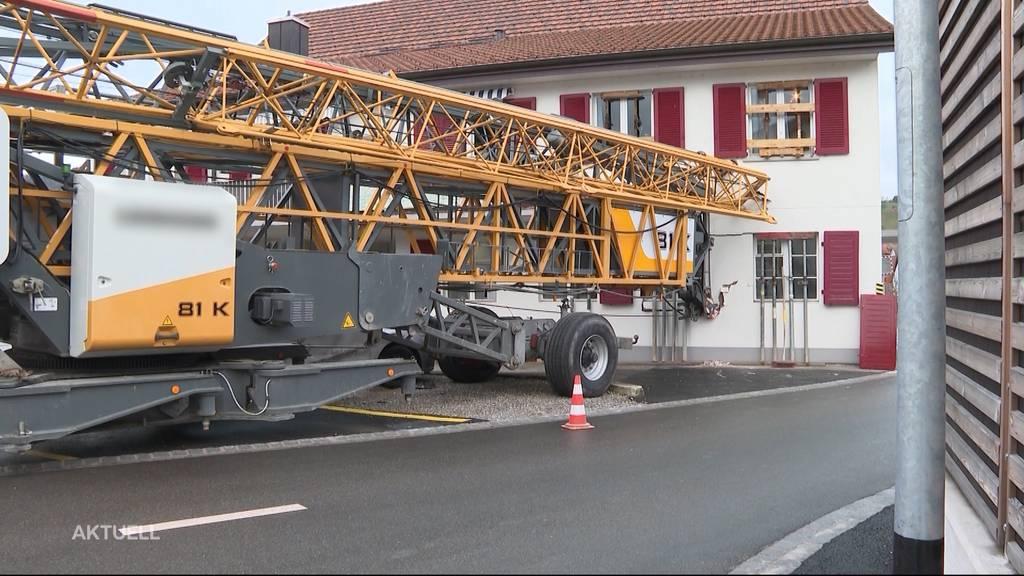 Kranwagen donnert in Wohnhaus
