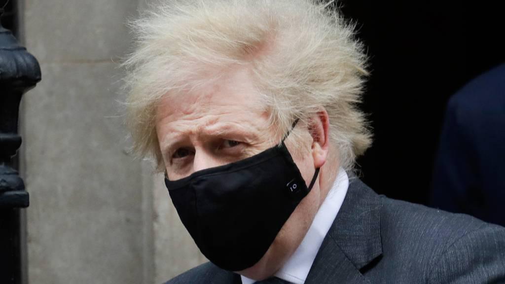 dpatopbilder - Boris Johnson, Premierminister von Großbritannien, verlässt mit Mund-Nasen-Schutz Downing Street 10. Foto: Kirsty Wigglesworth/AP/dpa