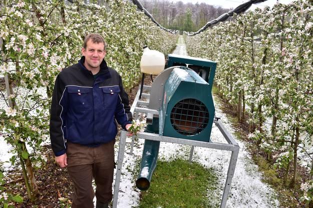 Obstbauer Mathias Anderegg mit einem der drei Frostschutzgebläse in der Apfelplantage in Wangen bei Olten