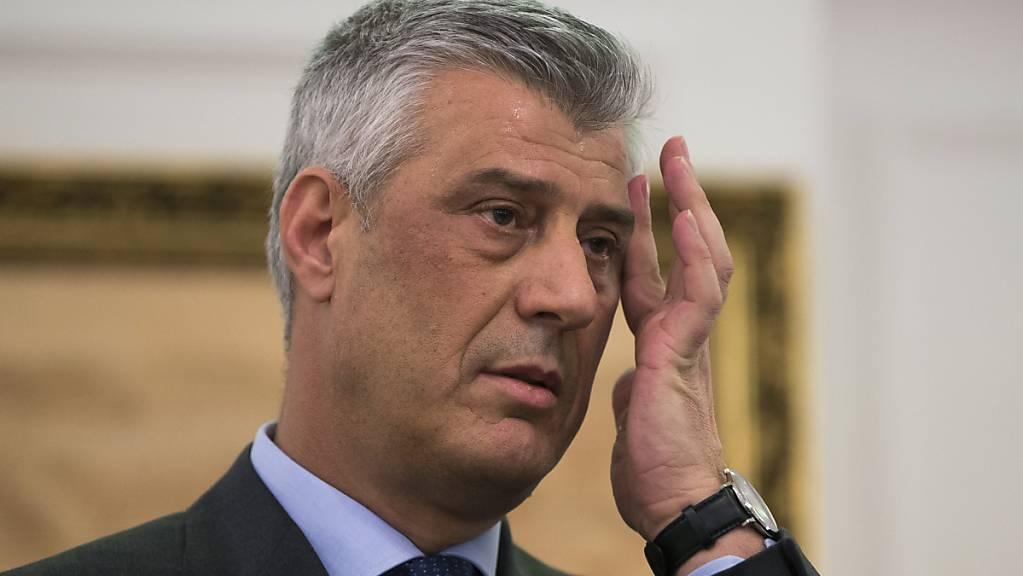 Gegen Kosovos Präsidenten Hashim Thaci ist in Den Haag Haftbefehl wegen Kriegsverbrechen und Verbrechen gegen die Menschlichkeit erlassen worden.