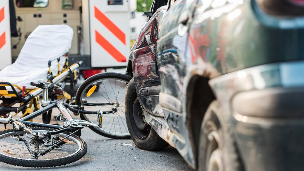 Von Auto übersehen: Velofahrerin verletzt