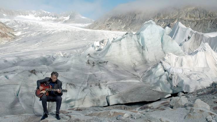 Die Gletscher haben den Blues. George Steinmann intoniert ihn auf dem Rhonegletscher. Videostill von 2015, zu sehen in Interlaken. (Bild:George Steinmann)