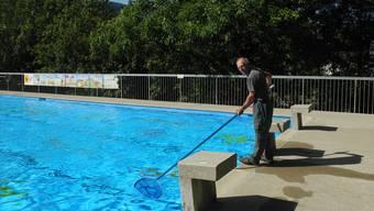 Franz Meier reinigt das Becken im Schwimmbad Huebmet in Wölflinswil.