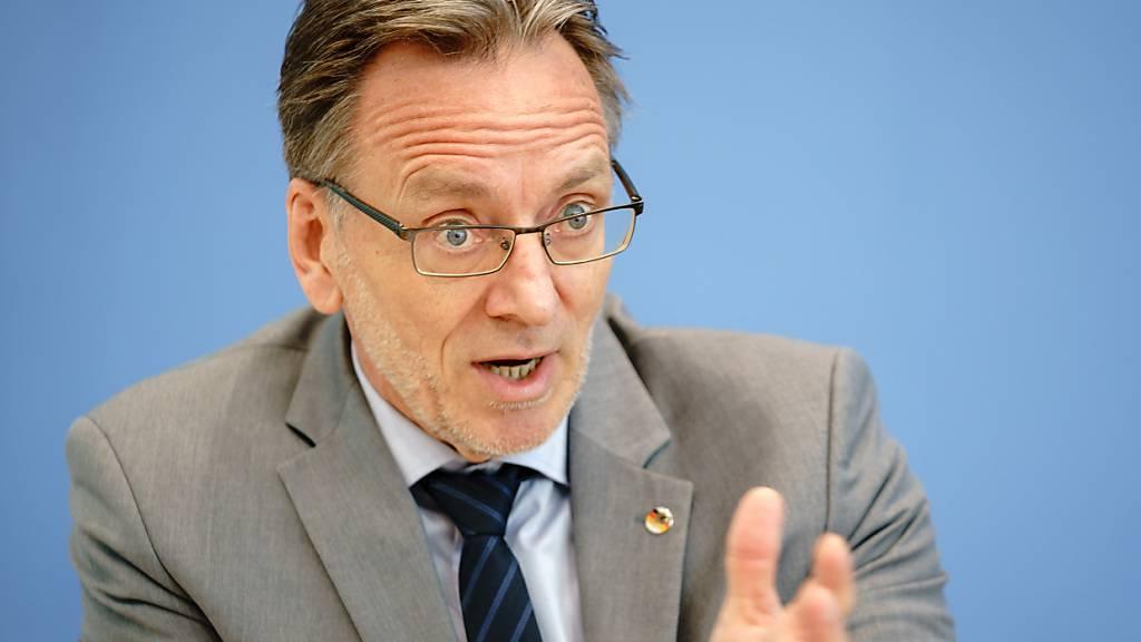Holger Münch, Präsident des Bundeskriminalamtes (BKA), stellt in der Bundespressekonferenz die Fallzahlen politisch motivierter Kriminalität für das Jahr 2020 vor. Foto: Kay Nietfeld/dpa