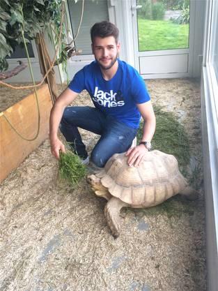 Raphael Urech mit einer seiner Schildkröten
