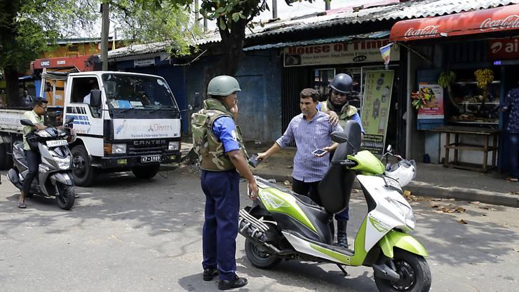 Soldaten überprüfen in Colombo Motorradfahrer. Seit den Anschlägen auf Kirchen und Hotels am Sonntag mit mindestens 359 Toten wurden insgesamt 76 Verdächtige festgenommen.