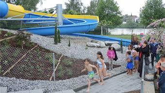 Es geht los: Die neue Rutschbahn im Regibad ist zur Freude der Kinde in Betrieb.