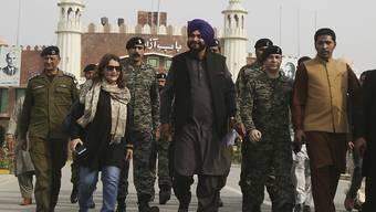 Mitglied der indischen Delagation bei der Grundsteinlegung: Der ehemalige Kricketstar, heutige Politiker und Sikh Navjot Singh Sidhu an der Grenzstation Wagha bei Lahore.