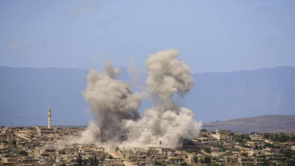 Ein Bild der oppositionellen Weisshelme zeigt die Stadt al-Habeet während eines russischen Luftangriffs. (Archivbild)