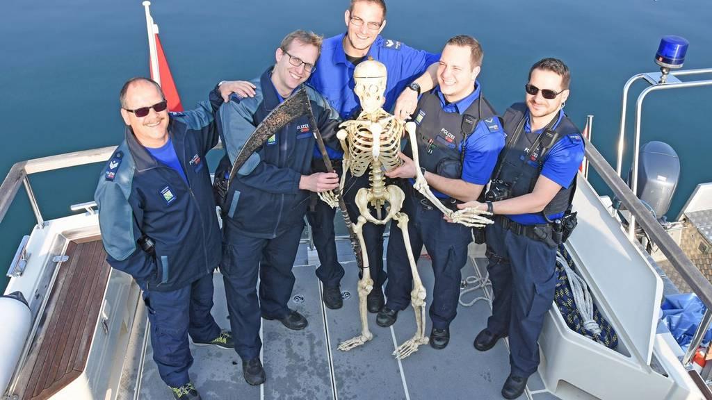 Einsatzkräfte der Kapo Thurgau bargen am Mittwoch ein Übungsskelett aus dem Untersee.