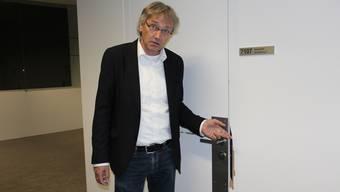 Hans Rudol Stauffacher, Rektor der Kantonsschule Baden zeigt, welche Schäden die Diebe beim Aufbrechen von Türen hinterlassen haben.