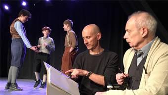 Probeszene im Kellertheater Bremgarten mit Schauspieler Erich Borner (rechts) und Regisseur Thomy Truttmann.