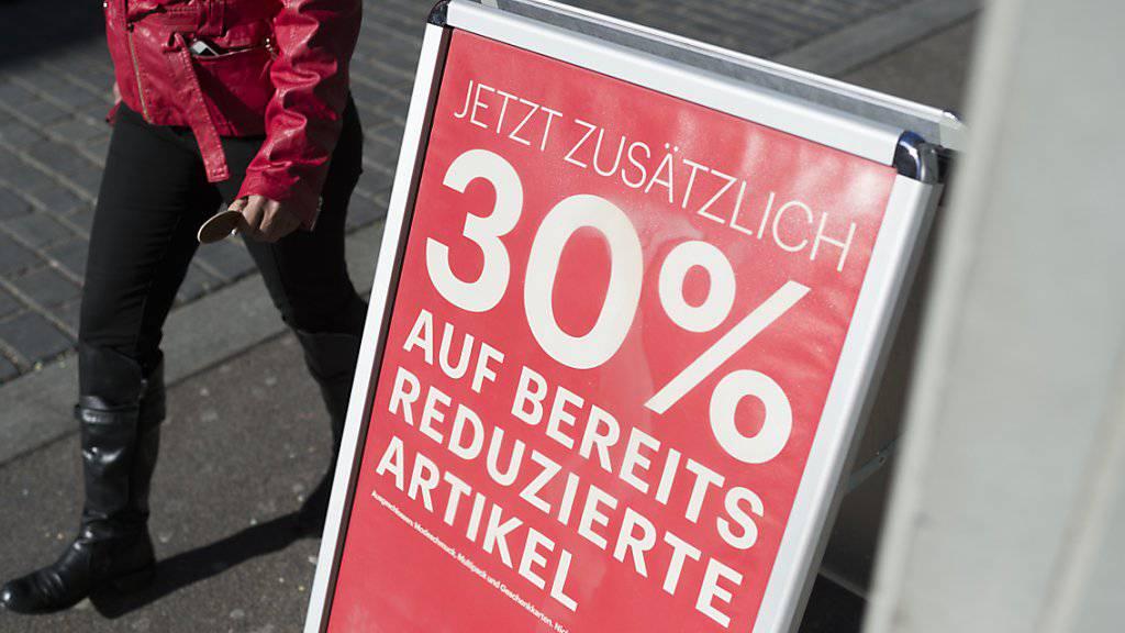 Mehr als die Hälfte der Schweizer zieht die Nutzung von Rabatten in Erwägung, wenn sie sparen müssten. (Archivbild)