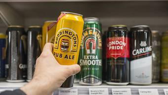 Die Konsumentenpreise sind im November leicht gesunken: ein Mann kauft ein Bier (Symbolbild).