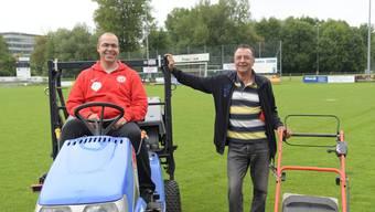 Philippe Gaudry (links) und Andy Hauenstein pflegen die Fussballplätze des FC Dietikon im Team. Gaudry ist seit vier Jahren mit dabei, bei Hauenstein sind es schon 15 Jahre.